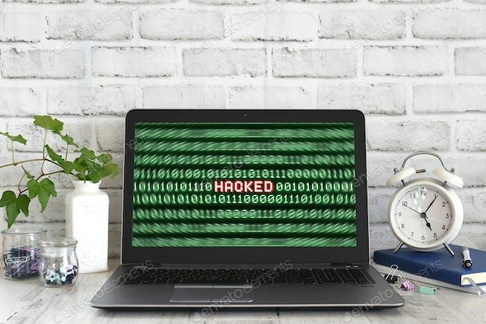 Ordenador portátil con una advertencia hackeada en la pantalla. Concepto de peligro de ciberataque hacker