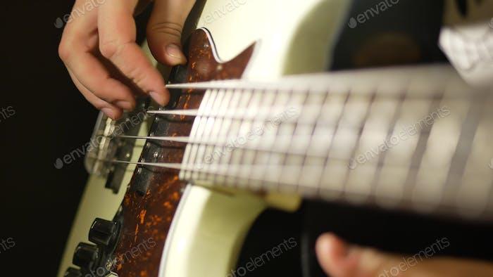 Bassgitarre spielen