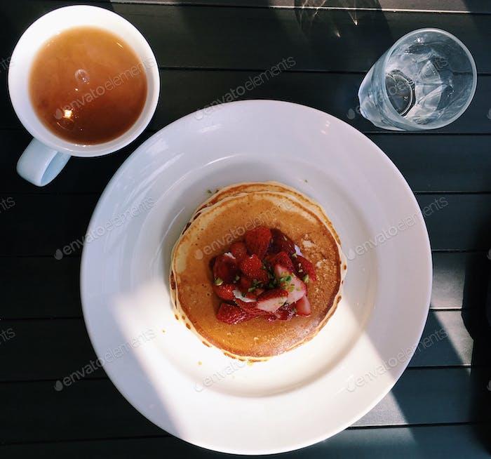 Overhead Pfannkuchen und Tee.