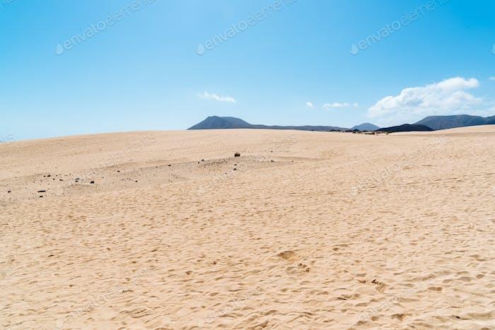 Vista panorámica de las dunas de Corralejo en Fuerteventura contra el cielo, Islas Canarias, España.