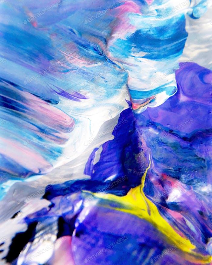 Colorida mirada detallada de cerca a la mezcla de pintura en la paleta de un artista.