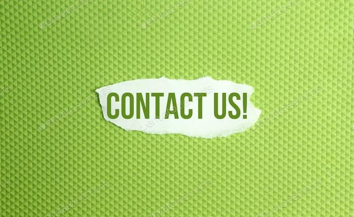 un papel roto escrito con inscripción en contacto con nosotros sobre un fondo verde