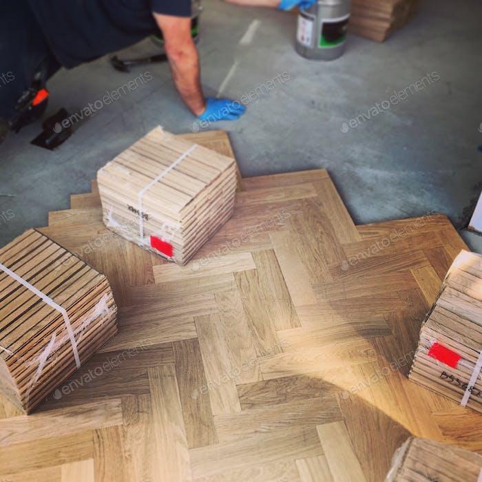 Holzparkett wird verlegt