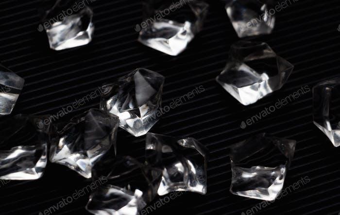 Los cristales negros en el suelo negro