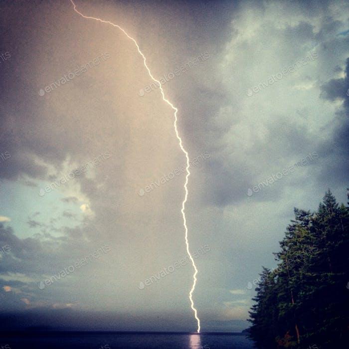 Blitzender Sturm in Bellingham Bay (Blick von Lummi Island)